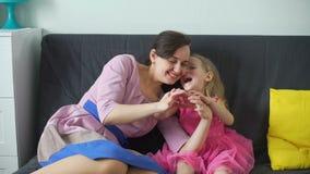 Девушка и ее сердце жеста шоу мамы с пальцами сток-видео