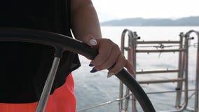Девушка крупного плана управляет кругом колеса поворачивая Парусник с брызгать волн акции видеоматериалы