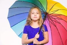 девушка меньший зонтик Мода осени Останьтесь положительный хотя сезон дождя осени Яркий аксессуар на осень Идеи стоковое изображение