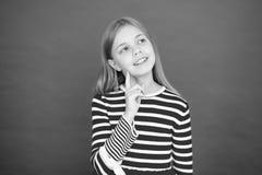 Девушка ребенка мечтая ее желание приходит истинный Чудо случается Полное маленькой девочки внимательное надежды Мое секретное же стоковая фотография rf