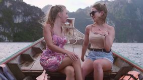 девушки говоря 2 акции видеоматериалы