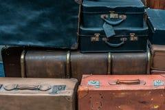 Декоративная винтажная предпосылка чемоданов стоковая фотография rf
