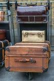 Декоративная винтажная предпосылка чемоданов стоковое фото