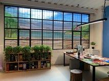 Делят Гуанчжоу, который 2019 дизайн офиса, окна цвета крася стеклянные стоковое изображение rf