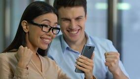Деловые партнеры выигрывая предложение и получая финансирующ, новый успешный запуск видеоматериал