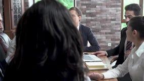 Деловые партнеры в важных переговорах в конференц-зале обсуждают проект акции видеоматериалы