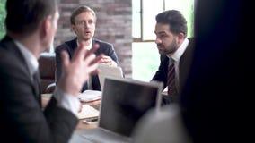 Деловые партнеры в важных переговорах в конференц-зале обсуждают проект видеоматериал