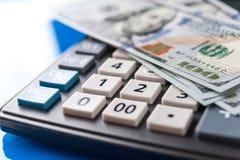 Дело и финансовая предпосылка с долларами и калькулятором Предпосылка счетоводства стоковое фото