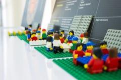 Дело Lego встречает на офисе сыгранность планирует и работает близкий вверх на мини объекте стоковые фотографии rf