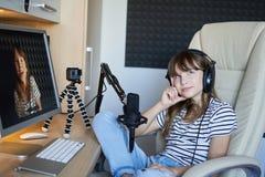 Деятельность блоггера Preteen ребенк видео- с компьютером стоковая фотография