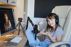 Деятельность блоггера Preteen ребенк видео- с компьютером стоковое фото rf
