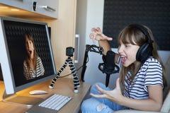 Деятельность блоггера Preteen ребенк видео- с компьютером стоковая фотография rf