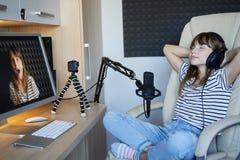 Деятельность блоггера Preteen ребенк видео- с компьютером стоковое изображение rf