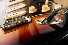 Детали и соединение гитары и кабельной проводки поднимают домкратом Тон и регуляторы звука стоковые фотографии rf