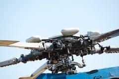 Детальный взгляд на роторах и лезвиях двигателя вертолета - гидравлического стоковые изображения rf