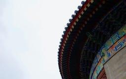 Деталь богато украшенной покрашенной крыши китайского виска стоковая фотография