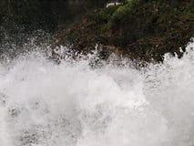 Деталь водопада, вода падает мощно стоковое фото