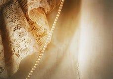Деталь крупного плана винтажного платья сатинировки и свадьбы шнурка со стренгой крошечных жемчугов стоковые фотографии rf