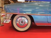 Деталь колеса голубого Кадиллака, винтажный автомобиль в Talavera de Ла Reina стоковые фотографии rf
