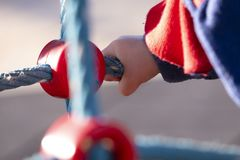 Деталь руки годовалого мальчика 2 играя в на открытом воздухе парке на солнечный зимний день стоковые фото