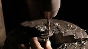 Деталь Metalworker сверля стальная Конец-вверх бурового наконечника с shavings металла Механически работа в мастерской электричес стоковое изображение