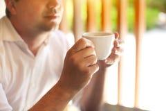 детеныши кофейной чашки бизнесмена стоковые изображения