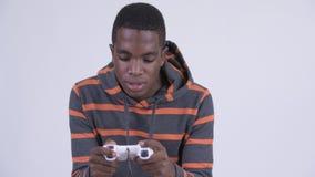 Детеныши сфокусировали африканского человека играя игры сток-видео