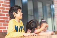 Дети играя с подсчитывать карточку в комнате класса стоковая фотография