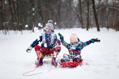 Дети имея потеху в снеге стоковые фото
