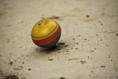 Дети Lattu индийские традиционные gameplay больше всего играют красный цвет цвета детей vilkage желтый стоковое изображение rf