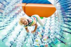 Детская игра в колесе ролика ягнит trampoline стоковая фотография rf