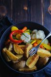 Деревенские печеные картофели с овощами в космосе лотка жарить в духовке для экземпляра стоковые изображения rf