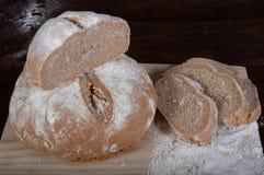 Деревенский домодельный хлеб wholemeal сказанной по буквам муки стоковое изображение rf