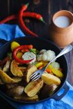 Деревенское блюдо с молоком и картошками стоковые фотографии rf