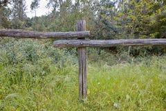 Деревянная загородка на площади пастбищ и лугов стоковые изображения rf
