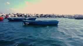 Деревянная шлюпка в заливе в Средиземном море в Неаполь сток-видео
