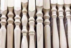 Деревянные балясины сосны для перил лестницы стоковые фотографии rf