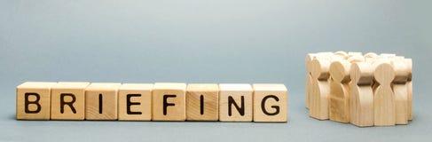 Деревянные блоки с брифингом слова и толпой работников Короткая пресс-конференция информативная Встречать сотрудничество Начните стоковое изображение rf