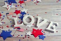 Деревянные письма положены вне в любовь слова, 4-ое июля, счастливый День независимости, патриотизм, память ветеранов, концепцию стоковое изображение rf
