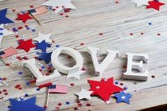 Деревянные письма положены вне в любовь слова, 4-ое июля, счастливый День независимости, патриотизм, память ветеранов, концепцию стоковые изображения rf