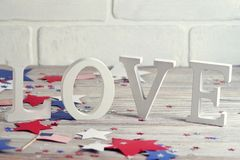 Деревянные письма положены вне в любовь слова, 4-ое июля, счастливый День независимости, патриотизм, память ветеранов, концепцию стоковое изображение