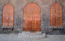 Деревянные двери древней крепости стоковая фотография rf