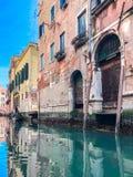 Деревянные дверь и окно На redbrick стене, фасад здания в Венеции, внешнем дизайне стоковое фото
