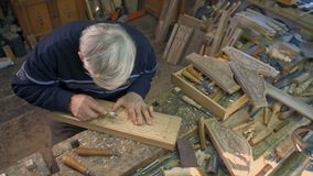 Деревянный гравер высекает планку дуба акции видеоматериалы