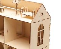 Деревянный кукольный домик с меньшей мебелью на белой предпосылке стоковые изображения rf
