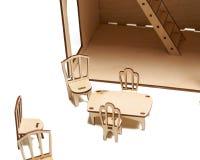 Деревянный кукольный домик с меньшей мебелью на белой предпосылке стоковые изображения