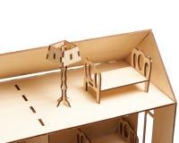 Деревянный кукольный домик с меньшей мебелью на белой предпосылке стоковая фотография