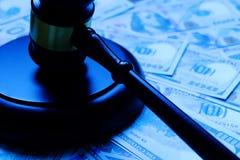Деревянный молоток лежа на банкноте доллара стоковые изображения rf