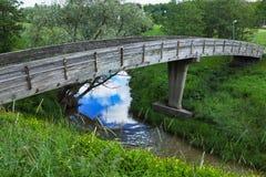 Деревянный мост над рекой весной стоковое фото
