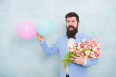 Джентльмен делая романтичный сюрприз для ее Цветет поставка Дата джентльмена романтичная игра гитары приветствиям дня рождения тв стоковая фотография rf